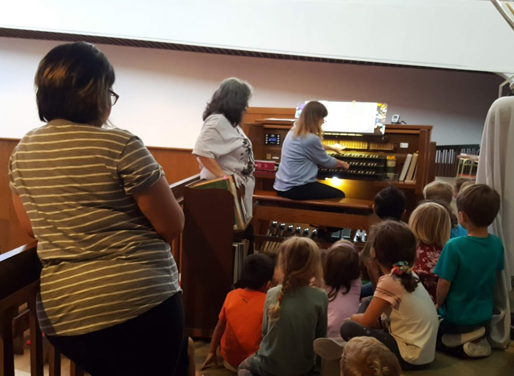 Children learning about an organ